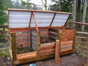 Ёмкости для компоста устанавливаются в полутени в отдалённом уголке сада.