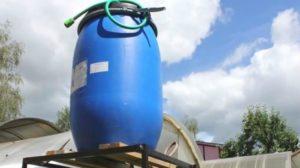 Накопительные резервуары для систем с гравитационным принципом подачи нужно приподнимать над землёй для обеспечения необходимого давления воды.