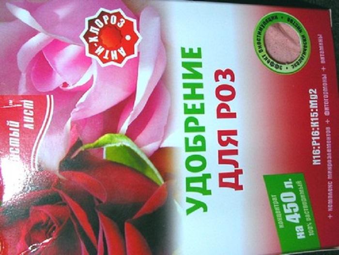 Готовые смеси удобны в использовании, их просто нужно отмерить и равномерно рассыпать вокруг кустов роз, а после этого тщательно полить