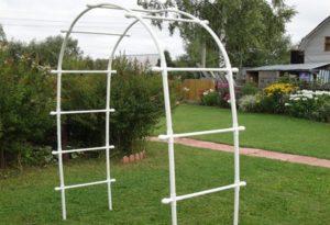 Проще всего изготовить арку из пластиковых труб. Для этого применяют оборудование для горячей воды.