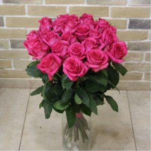 Срезанные розы долго стоят в букетах.