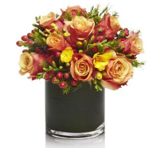 Необычная окраска цветка розы Cherry Brandy позволяет создавать роскошные флористические композиции.