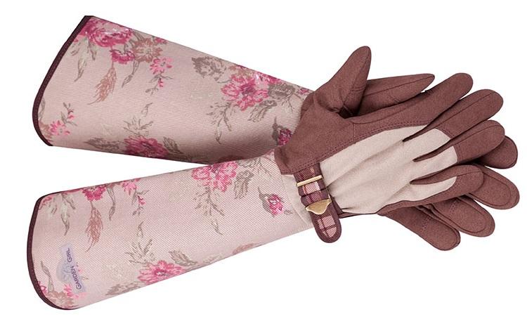 Перчатки для розоводов выполнены из прочной, эластичной ткани. На внутреннюю поверхность нанесен защитный слой, который не прокалывается даже самыми острыми шипами. Это возможно потому, что полимерное покрытие со стороны ладони растягивается при давлении, а затем возвращается назад. Их легко отличить от обычных садовых рукавиц, благодаря длинным и плотным манжетам.