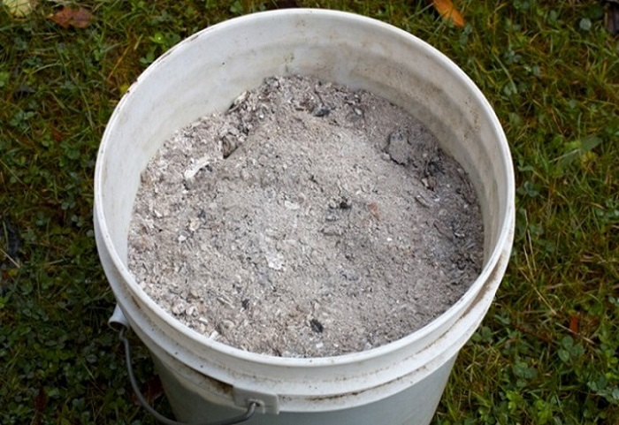 Зола – универсальная минеральная добавка, сочетающаяся со всеми видами органических удобрений.